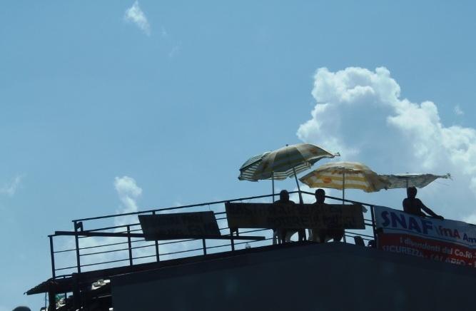 Da sei mesi senza stipendio, l'estate su tetti dei lavoratori Consorzio 4