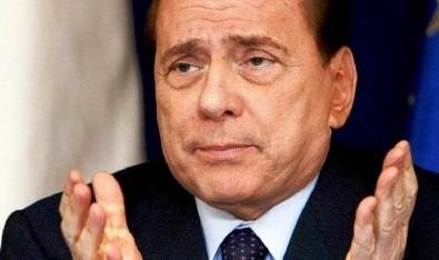 Giallo sulla caduta di Berlusconi: lussazione o solo contusioni?