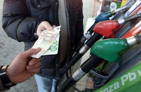 Caro benzina illegale e commercianti evasori, che stangata