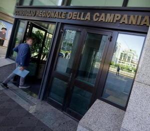 Regione Campania, la Finanza sente puzza di bruciato nei bilanci