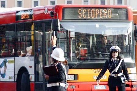 Lunedì nero per i pendolari campani: fermi bus, treni e traghetti