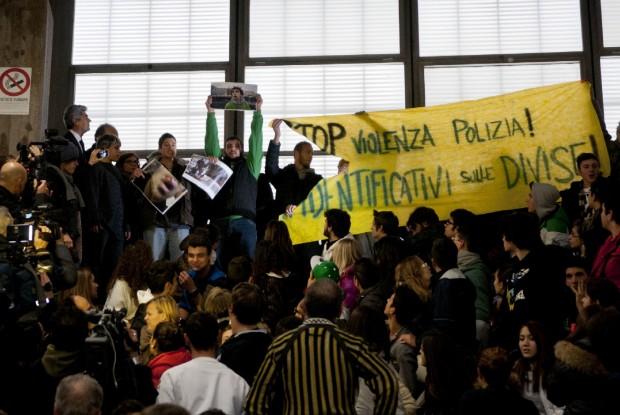 """Cancellieri chiama """"squadristi"""" i giovani studenti contestatori"""