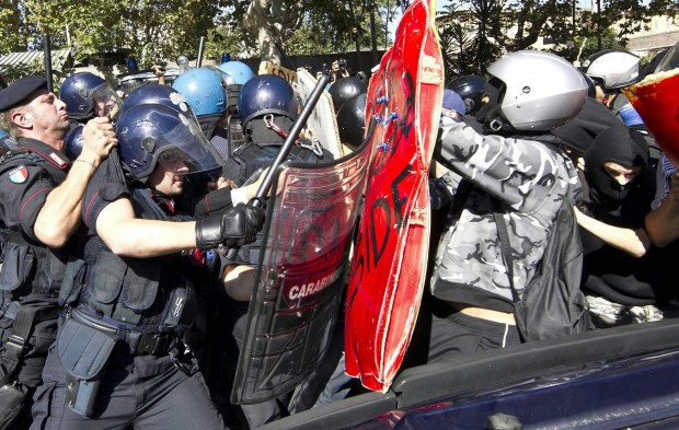 Ovunque sale la protesta. Scontri a Roma, accertamenti su 18