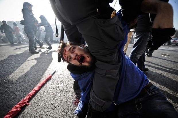 """Neanche la guerriglia degli studenti """"sveglia"""" il Governo"""