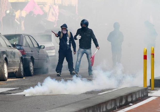 Scontri e feriti per la Fornero a Napoli, De Magistris fa il 'pasionario'