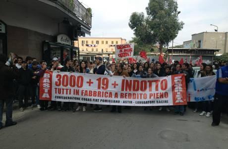 Fiat Pomigliano: tutti contro tutti, corteo Cobas con pochi lavoratori