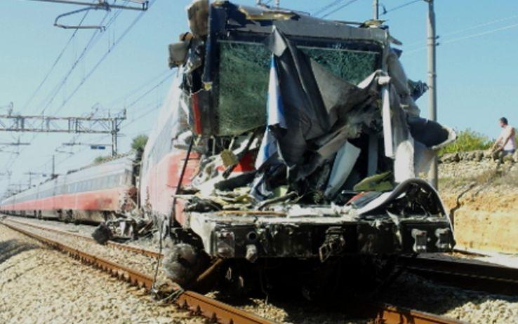 Strage in Calabria, treno travolge furgone: 6 morti