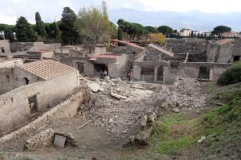 Pompei cade a pezzi, crolla il muro di una domus
