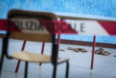 Cede il solaio di una seconda elementare, feriti 2 insegnanti e 2 bimbi