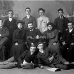 Ritratto in studio di un gruppo di giovani attori dilettanti in abiti da giorno     Antonelli, Liborio * 3 Ottobre 1905  Raccolte Museali Fratelli Alinari (RMFA), Firenze