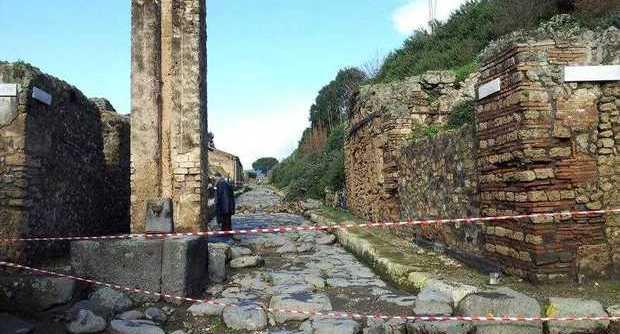A Pompei crollano anche i muri nuovi: è disastro