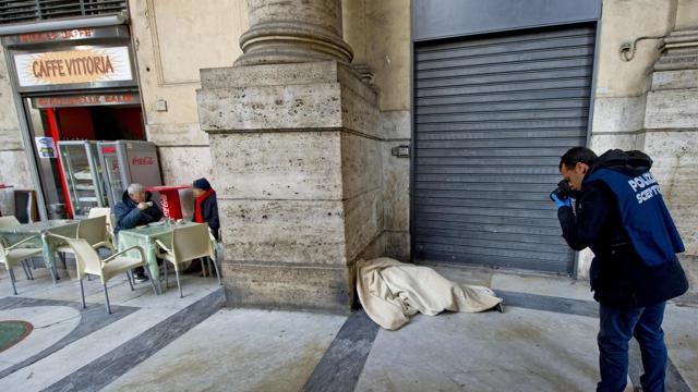 Muore nella Galleria a Napoli e la gente beve il caffè