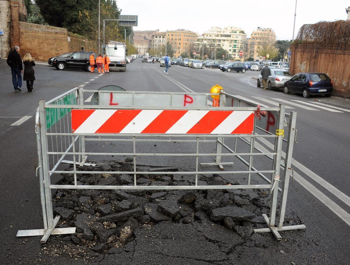 A Napoli i vigili presidiano buche per evitare incidenti