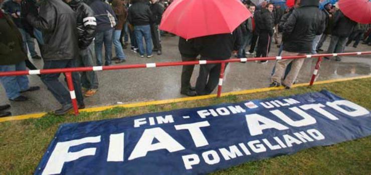 Fiat Pomigliano, cassintegrati e lavoratori incatenati ai cancelli