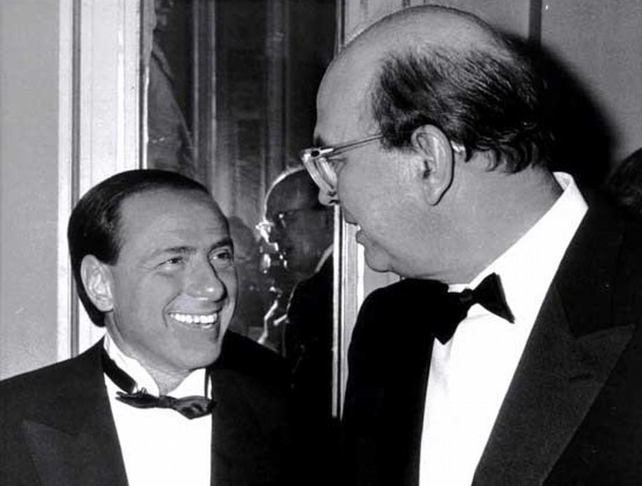 """Berlusconi, le tangenti """"lecite"""" e l'improponibile paragone con Craxi"""