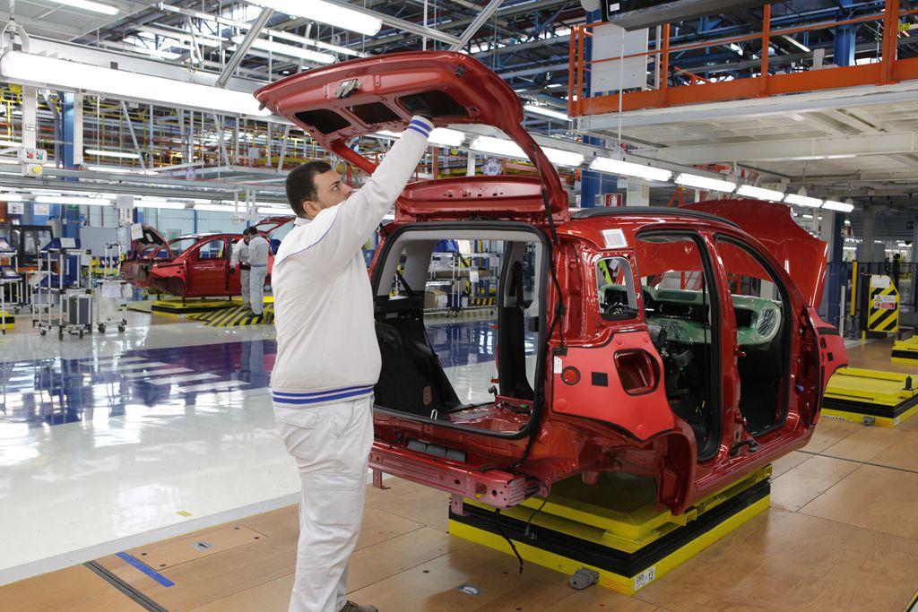 """Fiat, gli operai """"cacciati"""" dall'azienda. Caos a Pomigliano"""