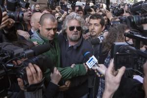 Beppe Grillo lascia l'hotel Universo