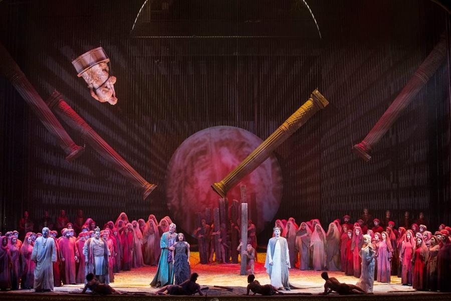 Esangue e dal segno scenico scontato l'Aida del San Carlo