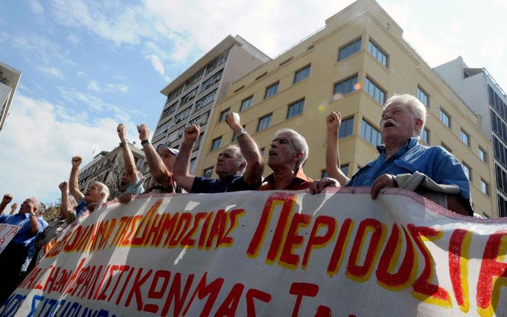 Grecia, in migliaia in fila per restituire le targhe delle automobili