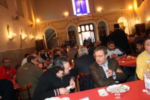 Andrea Manzi con i detenuti durante il pranzo di Natale del 2010