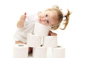 bambina-carta-igienica