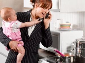 mamma-al-telefono-in-cucina-con-bambino-in-braccio3
