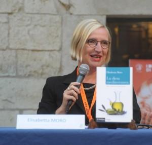 Elisabetta Moro mostra il suo volume sulla Dieta