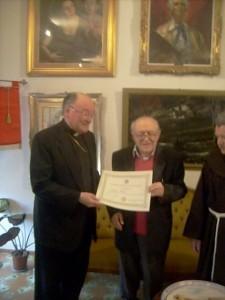 Carmine Manzi, nel suo studio, riceve la visita del cardinale Martino (2010)