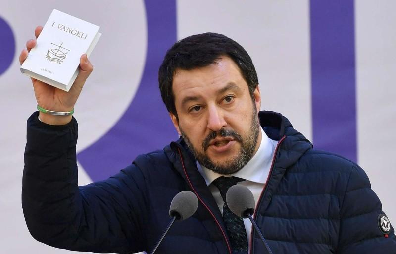 La performance di Salvini con Vangelo e Costituzione