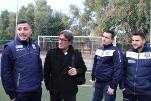 Don Aniello con gli allenatori delle sue squadre a Scampia