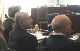 De Luca e Carbone (di spalle) in Tribunale